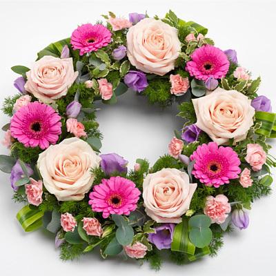 Στεφάνι με σομόν τριαντάφυλλα, ροζ ζερμπερες και λουλούδια εποχής