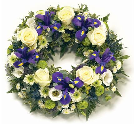 Στεφάνι με ίριδες, λευκά τριαντάφυλλα, φρεζες και χρυσανθεμα